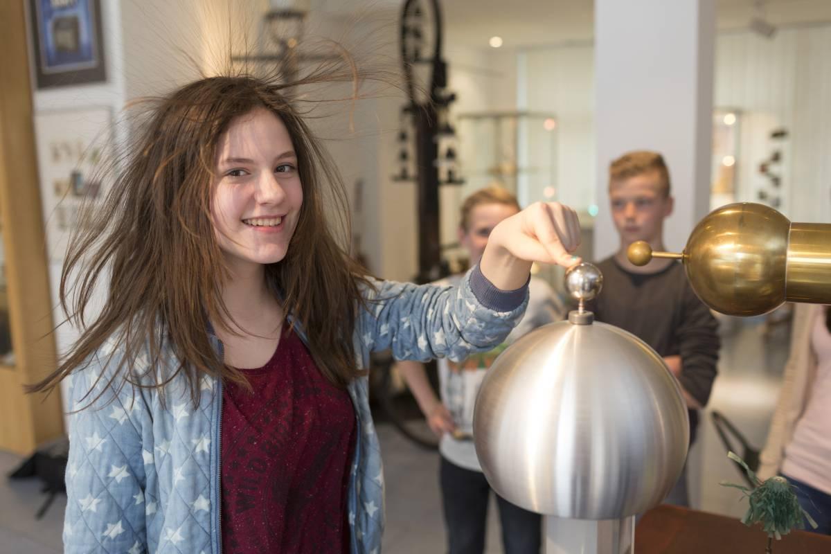 Experiment: Elektrizität lässt die Haare zu Berge stehen