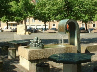 Tischbrunnen und Wünschestein auf dem Neustädter Markt
