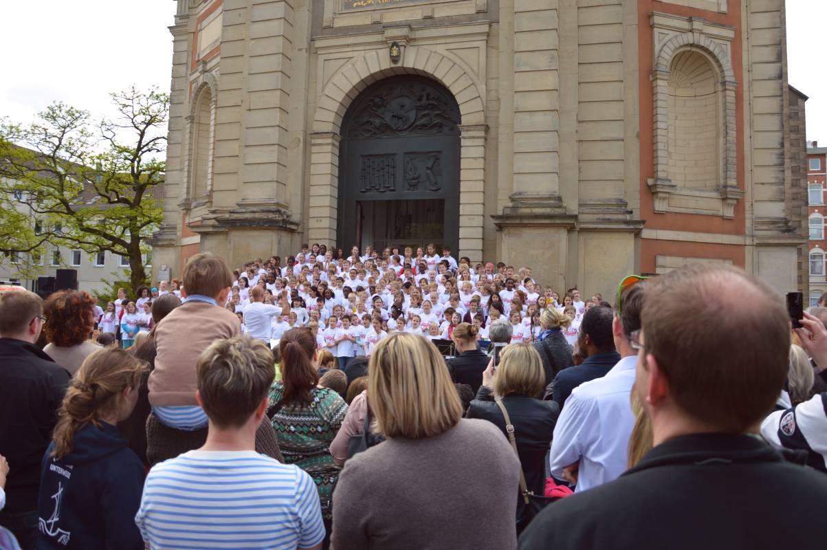 Halleluja mit Händen und Füßen vor St. Clemens