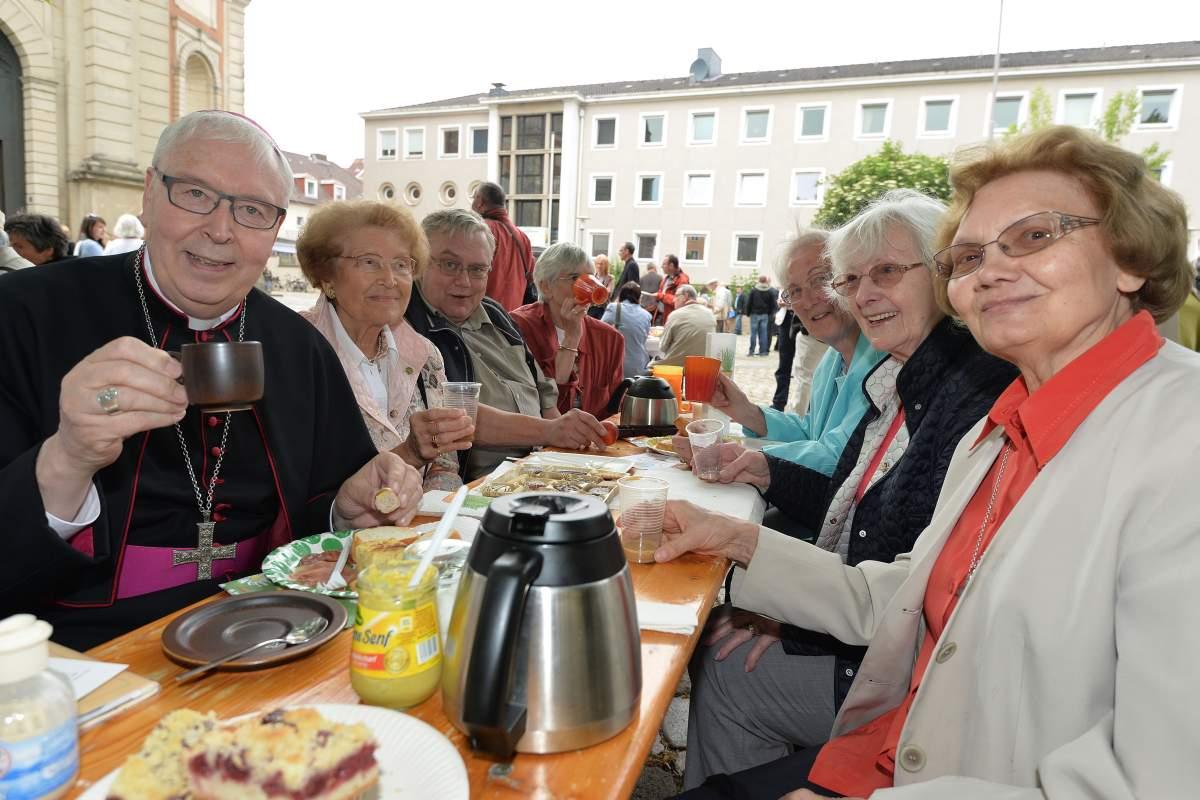 Auch Bischof Norbert Trelle mischte beim Tafel- Experiment nach dem feierlichen Gottesdienst mit. (Bild: © pkh/ Schulze)