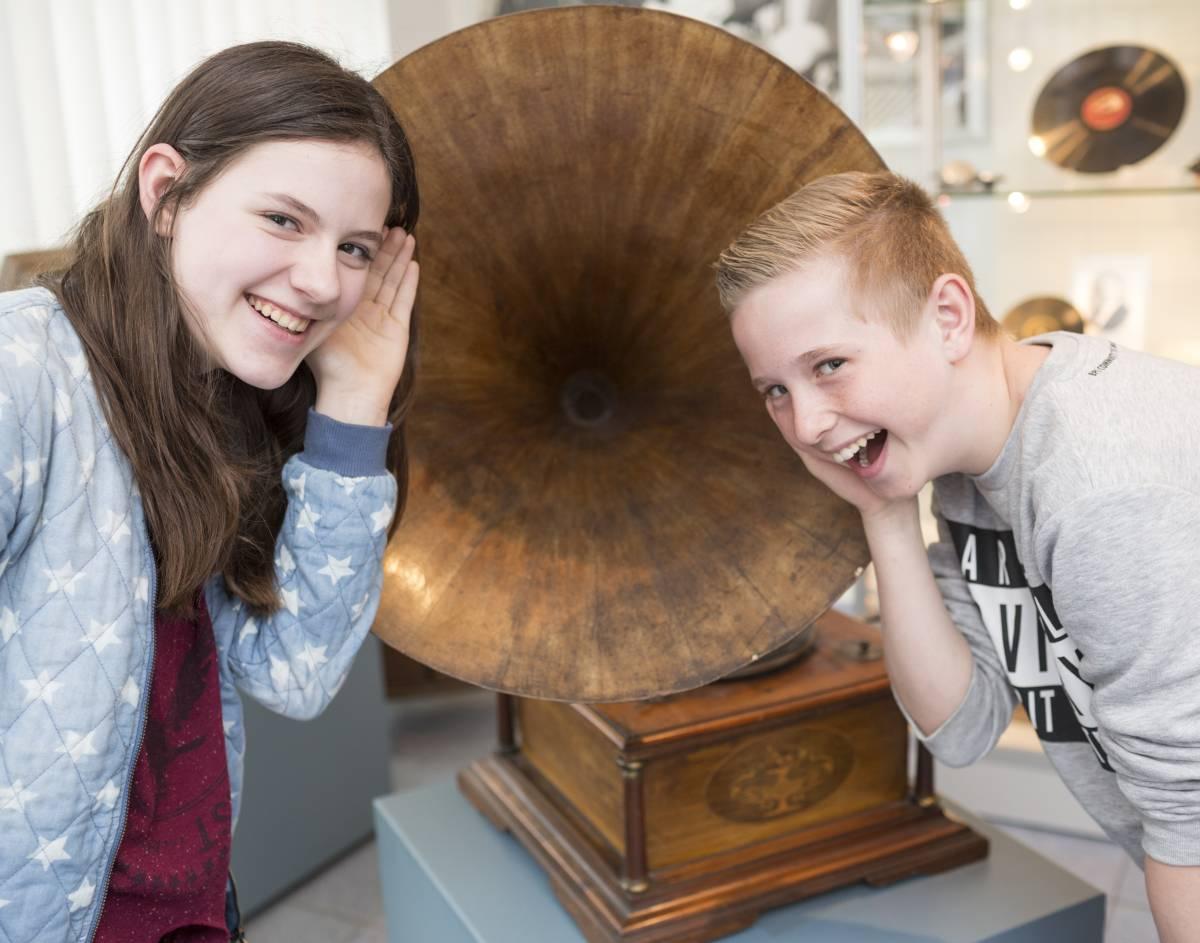 Knisternd kommen die Töne aus dem Trichtergrammophon