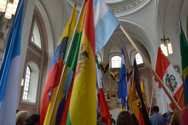 Mit einem Fahnenmeer begann die Messe zur Plaza Cultural Iberoamericana. (Foto: © pkh)