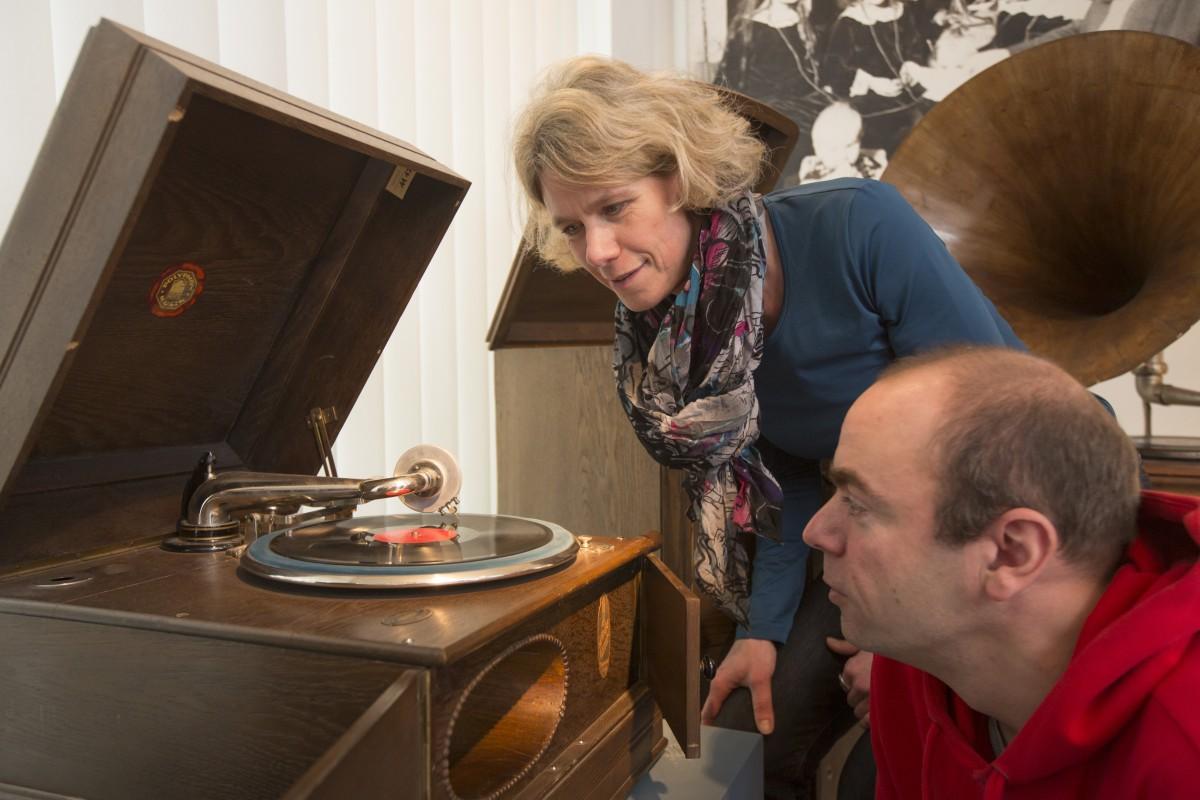 Knisternd klingen die Töne aus dem Tischgrammophon (Bild: Museum für Energiegeschichte(n))