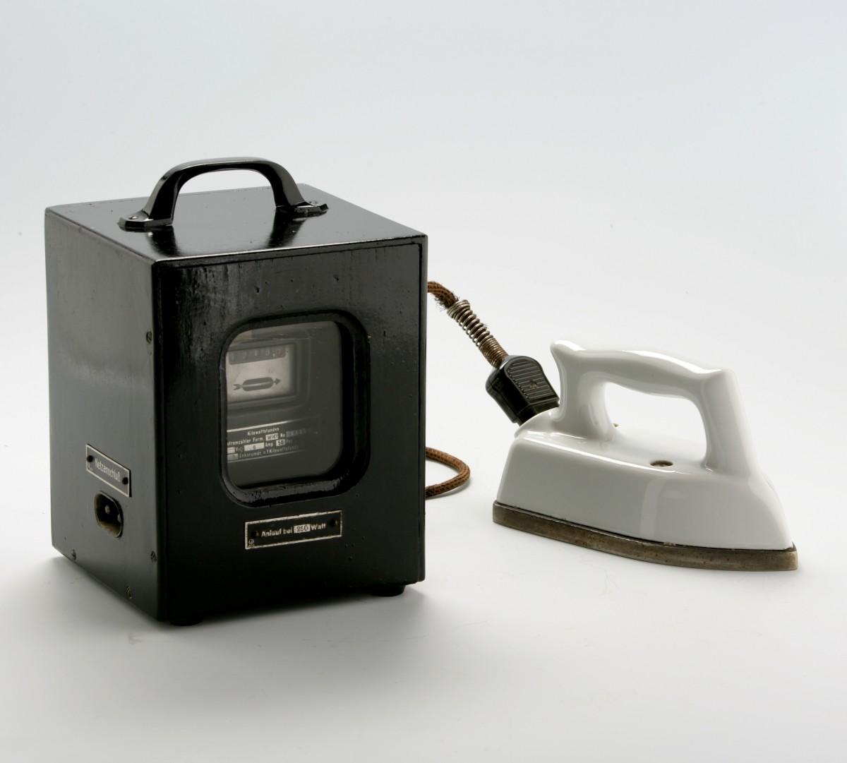 Tragbarer Plättzähler mit Porzellanbügeleisen aus den 1920er Jahren